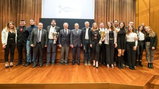 Οι βραβευθέντες αθλητές του Ομίλου μας με τον Πρόεδρο